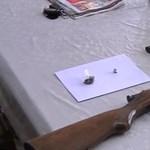 Videó: Fegyvereket és drogot foglaltak le a rendőrök egy kisújszállási férfi otthonában