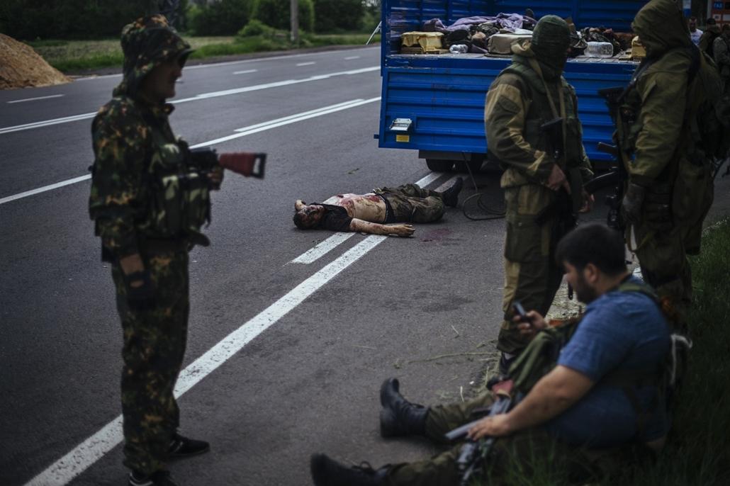 18+_! - afp.14.05.23. - Donyeck, Ukrajna: orosz fegyveresek egy ukrán aktivista holtteste mellett a város határában. - ukrán válság - 7képei