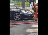 Tűzoltók, akik szétverik egy Porsche elejét, de csak nincs meg, amit keresnek – videó