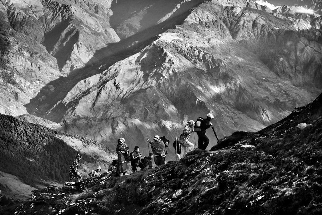 NE használd_! - Photographer of the Year 2014 - ''Spirit of Adventure'' kategória - Legjobb egyedi kép - zarándokok (Langtang, Nepál) - tpoty