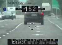 Duplázott egy Porsche: két kilométeren belül kétszer is gyorshajtáson kapták