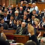 Bakiztak a képviselők a parlamentben?