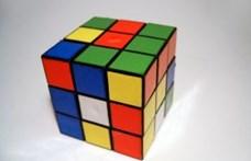Rubik Ernő videóban magyarázza a Bűvös kocka történetét