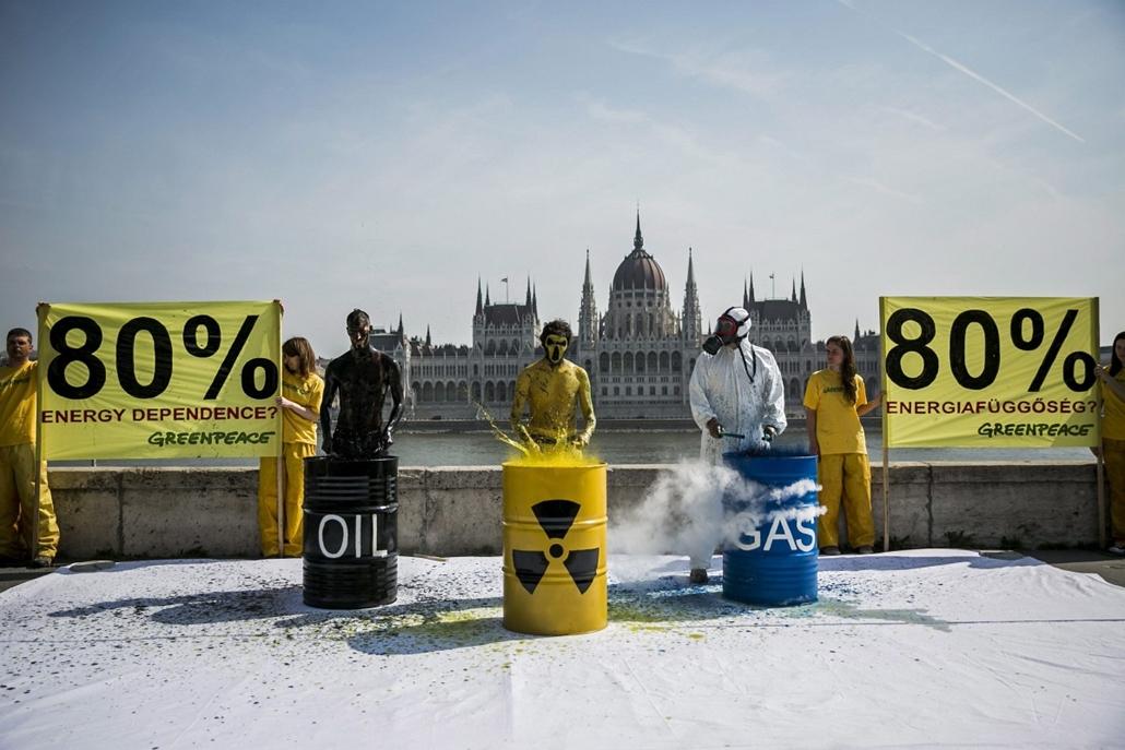 mti.14.04.03. - Greenpeace-aktivisták performansza Budapesten - A Greenpeace Magyarország aktivistáinak Totális energiafüggőség és kiszolgáltatottság? című, az energiafüggőségre figyelmeztető performansza Budapesten a Batthyány téren