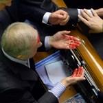 Fotók: véresre vertek egy politikust az ukrán parlamentben
