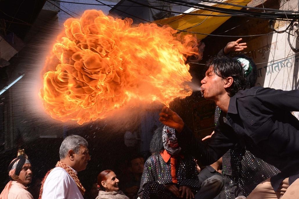 afp.14.03.12. - Amritsar, India: felvonulás a Holi előtt