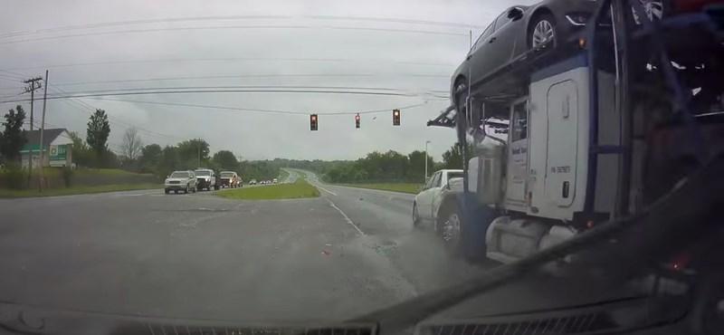 Felöklelte a kamion a Toyotát és az egész kereszteződésen áttolta – videó