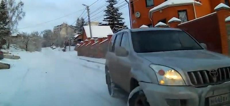 Zseniális menekülést mutatott be autós egy elszabadult terepjáró elől