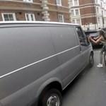 Kamu lehet a videó, amelyen egy biciklis helyreteszi a zaklatóját