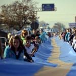 Székely gigazászló és 55 kilométeres sor - Nagyítás-fotógaléria a Székelyek menetéről
