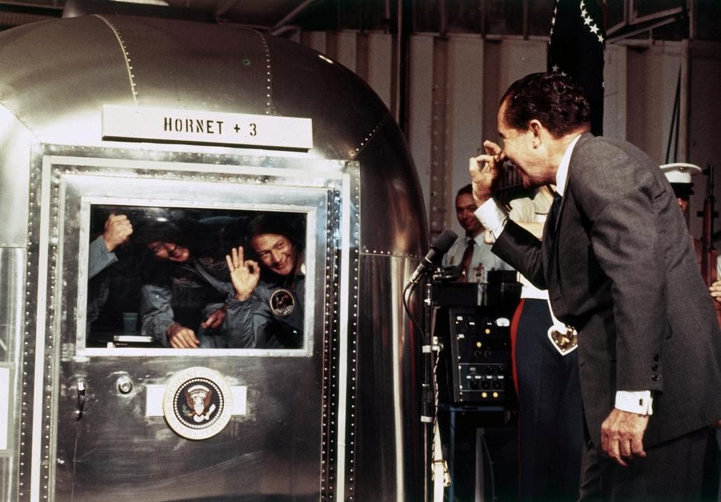 1969.07.24. - Nixon a USS Hornet anyahajó fedélzetén üdvözli az Apollo 11 legénységét. - Nixonnagyitas