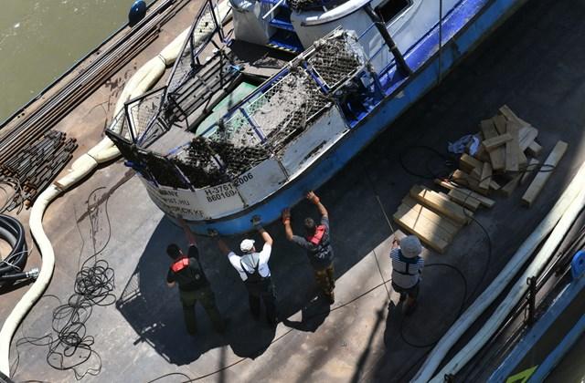 faz. 19.06.11. A Clark Ádám úszódaru kiemeli a balesetben elsüllyedt Hableány turistahajó roncsát a Margit hídnál 2019. június 11-én
