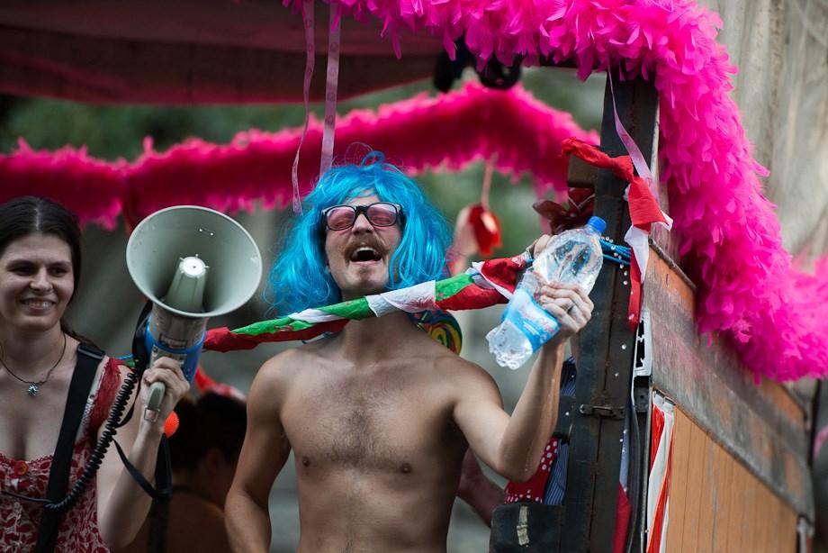 Leszbikus gárdistalány és könnygáz a melegfelvonuláson - Nagyítás-fotógaléria