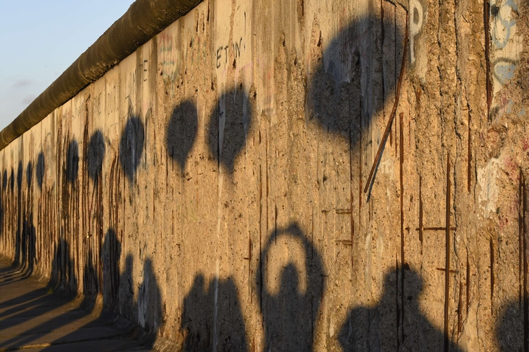 afp. Berlini fal leomlásA 25 éve 2014.11.09. Shadows of people and the light installation Lichtgrenze (Light border) are seen at the former Berlin wall Bernauer street memorial in Berlin on November 8, 2014. Germany kicked off celebrations of the 25th ann