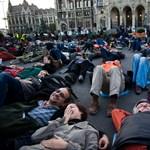 Több százan feküdtek a földre a Parlament előtt