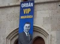 """""""Orbán VIP migránsa"""" - hatalmas Gruevszki-molinót lógattak ki a Parlament ablakán"""