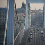 Felborult furgon miatt állt be az Erzsébet híd