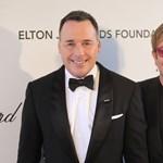 Elton John kiosztotta a velencei polgármestert