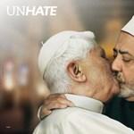 Itt a Vatikán által betiltott Benetton kampányfotó - Benedek pápa és el-Tayeb csókolózik