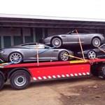 Fotó: Ki az a nem normális, aki egymásra pakol három Aston Martint?