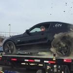 Ennyi maradt a Mustangból, miután felrobbant a kereke a fékpadon – videó