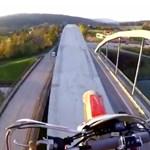Videóra vette egy motoros, hogy végighajt egy forgalmas híd ívszerkezetén