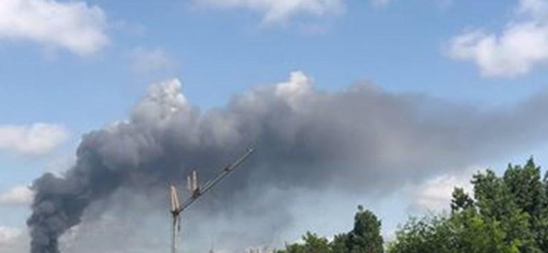 Óriási a füst a Frangepán utcában, műszaki raktár lángol - videók