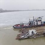 Véget ért a komp-saga: Kiskörére vontatták a hajót