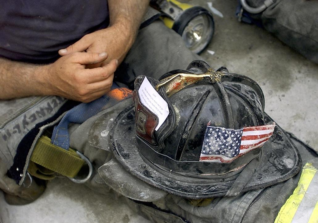 afp.01.09.13. Egy tűzoltó pihen szeptember 13-án,  a World Trade Centert ért terrortámadás helyszínén.