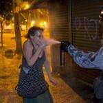 Fotó: telibe fújta a védtelen nő arcát egy rohamrendőr