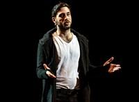 Kibukott Szabó Kimmel a színházban mobilozókra