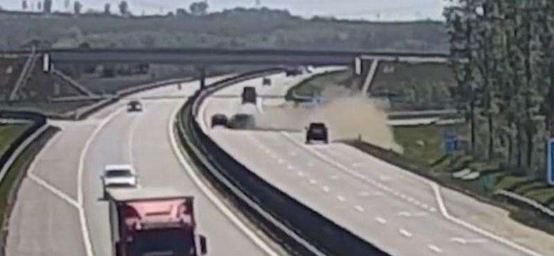 Őrült balesetet úsztak meg egy autóban az M4-esen, ahol elaludt a sofőr - videó