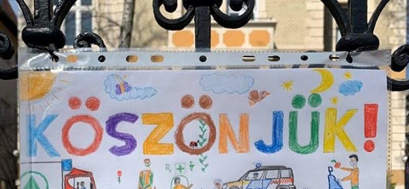 Gyerekrajzok köszönik meg egy budai utcában a veszélyhelyzet hőseinek munkáját