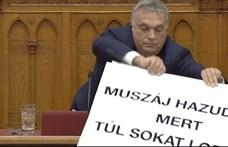 Videón, ahogy Orbán megpróbálja kirángatni a táblát Hadházy kezéből