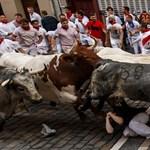 Máris három embert döftek le a pamplonai bikák – fotók