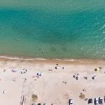 Szokásos vendégszeretet, szokatlan görcsösség a görög és ciprusi strandokon