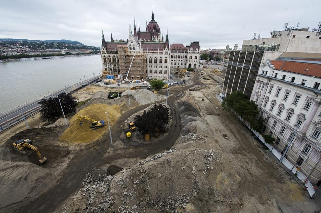 A Kossuth tér átalakítása Budapest, 2013. június 27.Építkezési terület a Kossuth téren 2013. június 27-én.