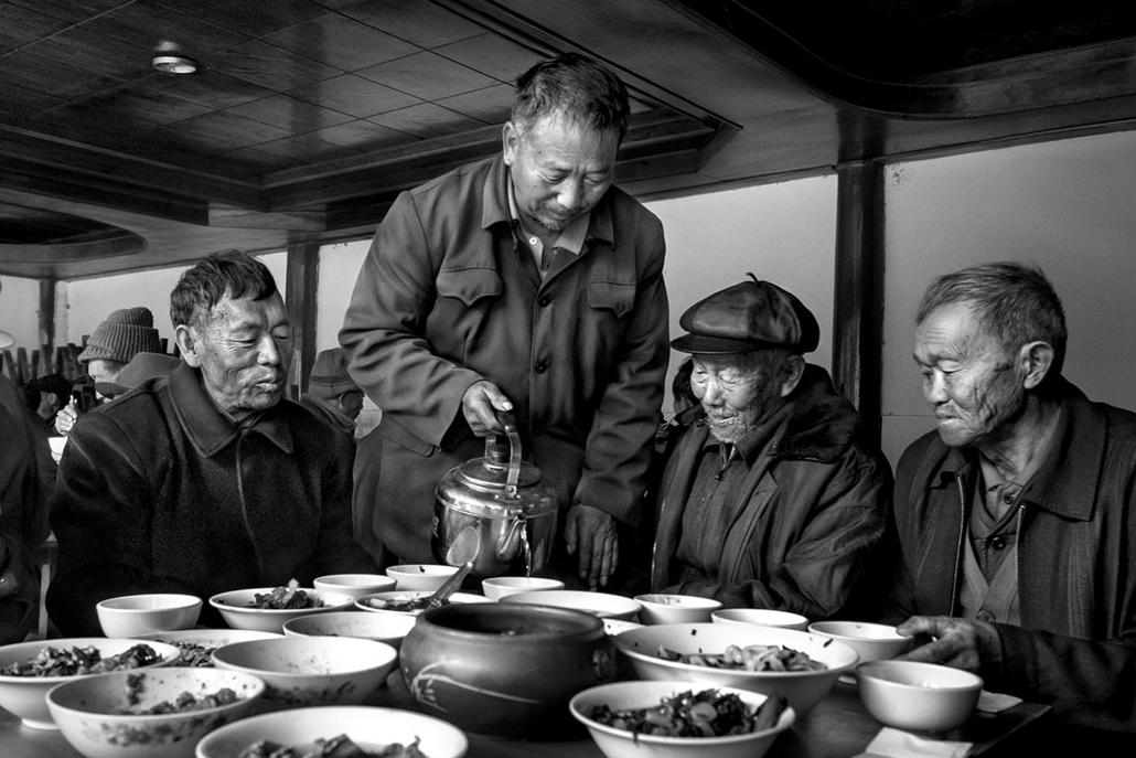 NE használd_! - Photographer of the Year 2014 - ''Törzsek'' kategória - Legjobb sorozat - Yunnan, Kína: Kína elfelejtett arcai - egy őszülő társadalom - tpoty