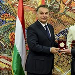 Fotó: így mosolyog Orbán, amikor kitüntetik Szkopjéban