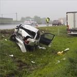 Kamion lökött árokba egy autót az M5-ösön