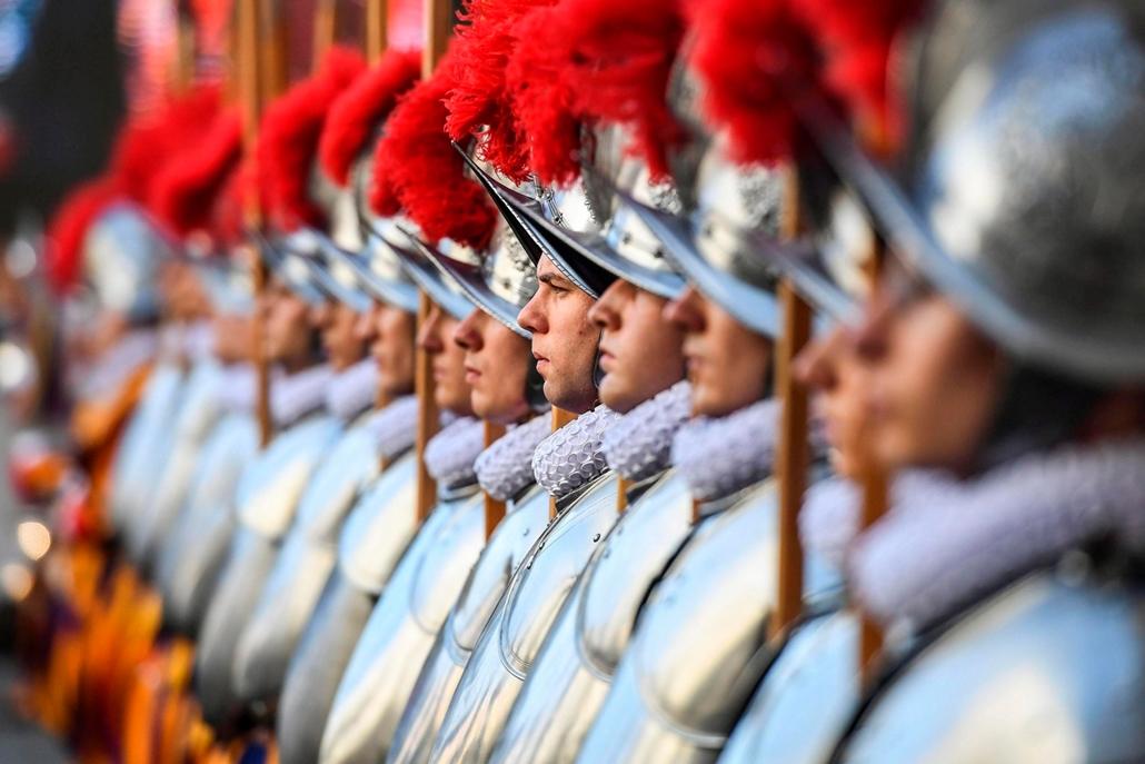 mti.17.05.06. A Ferenc pápa személyes biztonságát felügyelő svájci gárda új tagjai esküt tesznek a pápai állam falain belüli San Damaso udvaron 2017. május 6-án. A svájci gárda újoncai minden évben május 6-án teszik le az esküt megemlékezve a testület 147