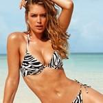 A bikinimodell, akinek van melle és combja - nagy fotó