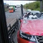 Fotók: Elfelejtette leengedni a trélert a sofőr, leborotválta a híd a Range Rover tetejét