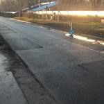 Hónapok óta méretes kátyúkat kerülgetnek a metrópótlók Kispesten