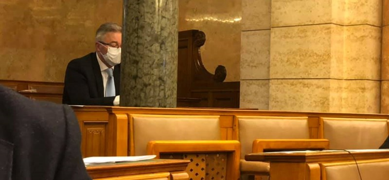 Negatív lett a koronavírus-tesztje a fideszes képviselőnek, aki a házi karanténból bement a Parlamentbe