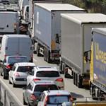 Busz és kamionok ütköztek: két ember meghalt az M5-ös autópályán