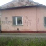 Horogkeresztet festettek egy püspökladányi család házára