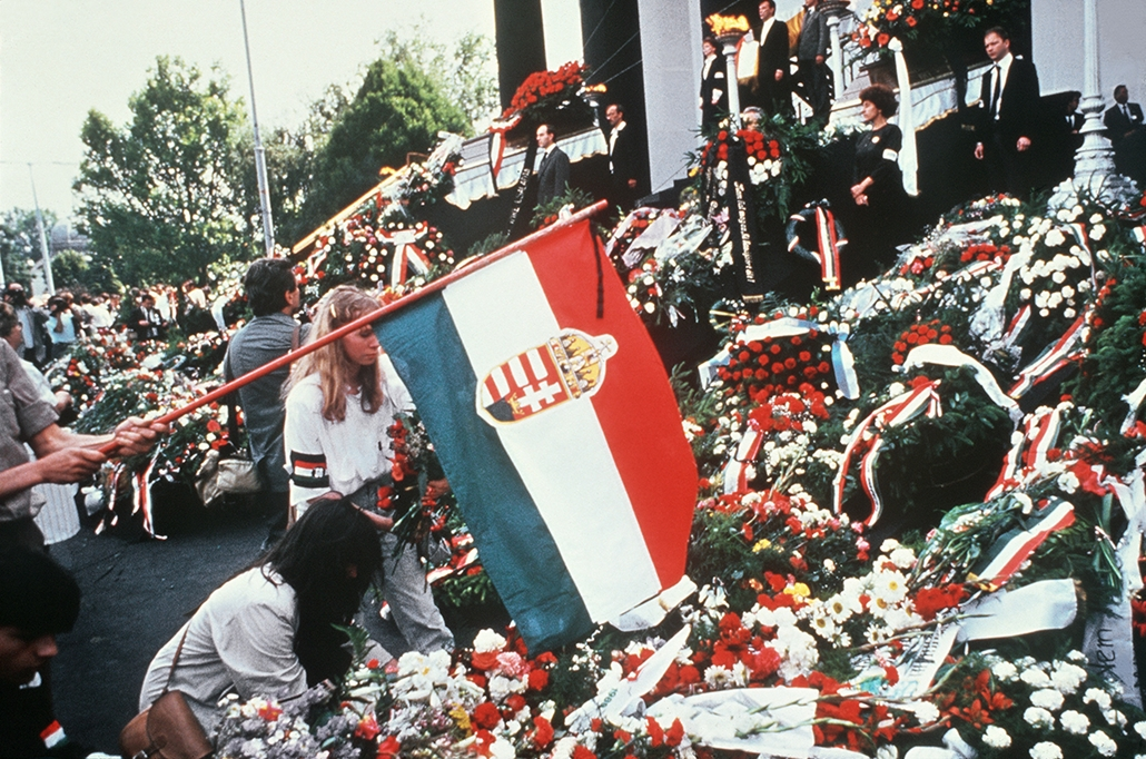 afp. Nagy Imre újratemetése 989.06.16 Budapest - Budapest : A crowd of people lay flowers in front of the coffin of former Hungarian leader Imre Nagy during the re-burial ceremony at the National Gallery in Heroes' Square, Budapest, on June 16, 1989, 31 y