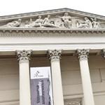 Visszaültették a Múzeumkertbe a régi fényében ragyogó Arany Jánost – fotó