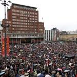 Fotó: tízezrek tiltakoztak énekléssel a norvég mészáros ellen